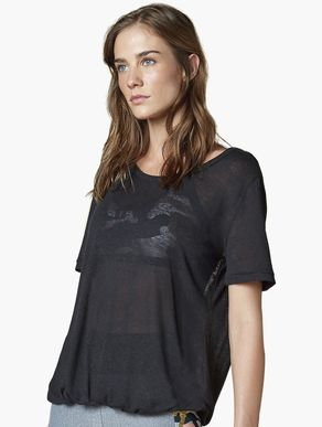camiseta_manga_curta_de_viscolino_preto_lifestyle_341